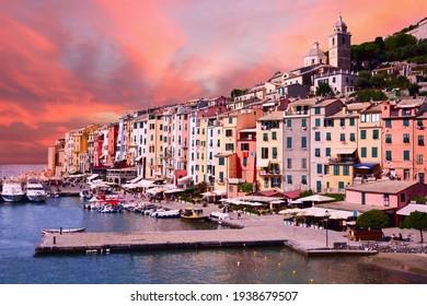 malerischer Hafen von Porto Venere am frühen Morgen, italienische Riviera, Ligurien, Italien.