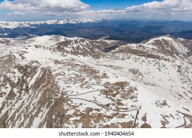 Luftaufnahme des Berges. Evans Summit
