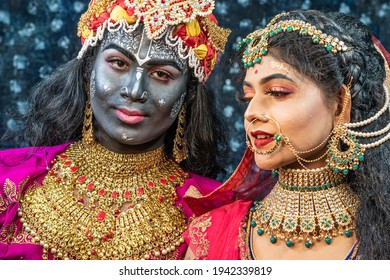 フラワーホーリー祭とセレクティブフォーカスを行うインドのアーティストは、クリシュナ卿とラダ女神に扮した