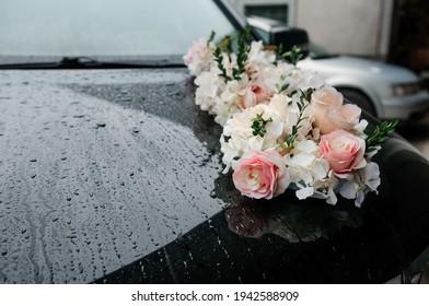 Autodekoration für eine Hochzeit. Dekorationen am Auto des Brautpaares. Cortege bei der Hochzeit