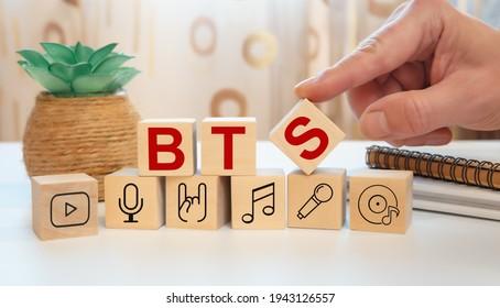 略語BTSと音楽アイコンが付いた木製の立方体
