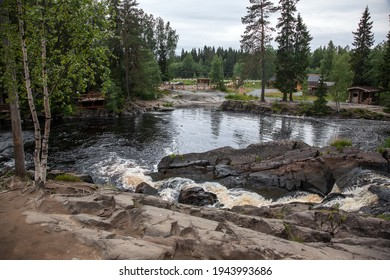Τα πέτρινα τετράγωνα μέσα από τα οποία ρέουν τα καρελιανά ποτάμια σχηματίζουν όμορφους καταρράκτες
