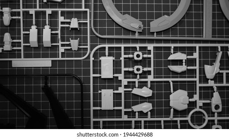 Gundam Teile auf schwarz und weiß