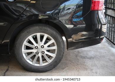 La rueda trasera del coche.