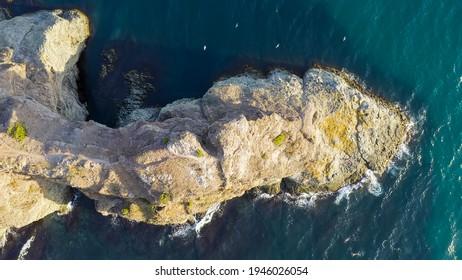 Krim. Einer der Sporen von Fiolent ist Cape Lermontov. Anziehung, Luftaufnahme, KOPF ÜBER SCHUSS