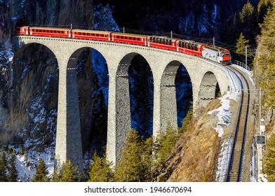 登山鉄道橋で電車に乗る。山岳鉄道橋電車に乗る。山の鉄道橋