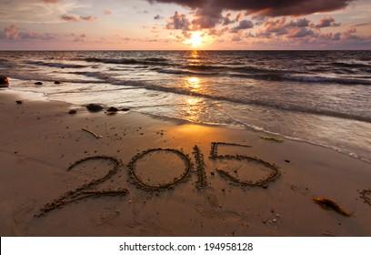 Jahr 2015 geschrieben auf Sand bei Sonnenuntergang
