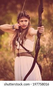 弓と矢を持つ森林ハンター女