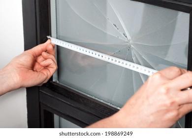 修理前の壊れた窓の寸法測定