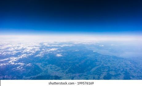 Paisaje de montaña. vista desde la ventana del avión. altura de 10000 km. vista del cielo azul