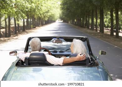 Älteres Paar im Sportwagen