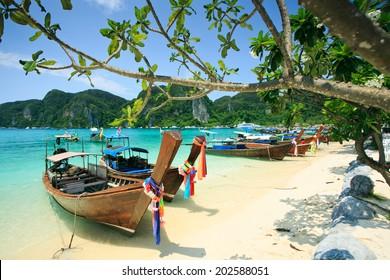 タイ、クラビのピピ島のロングテールボート。