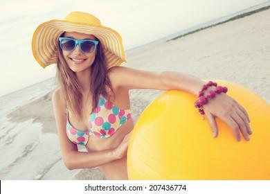 ビーチで陽気な女の子のカラフルな肖像画