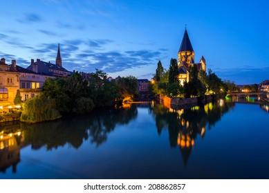 Vista de Metz con Temple Neuf reflejada en el río Mosela, Lorena, Francia