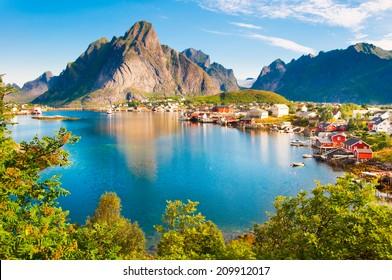 Reine pueblo pesquero en las islas Lofoten, Noruega