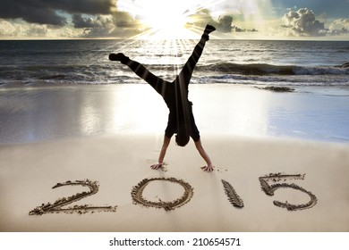 Frohes neues Jahr 2015 am Strand mit Sonnenaufgang