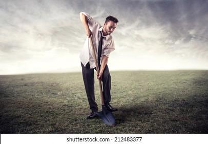 empresario cavando en un campo