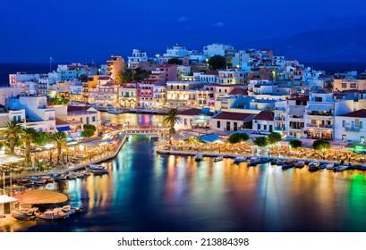 Agios Nikolaos in der Nacht. Kreta, Griechenland. Agios Nikolaos ist eine malerische Stadt im östlichen Teil der Insel Kreta, die im Nordwesten der friedlichen Bucht von Mirabello erbaut wurde.