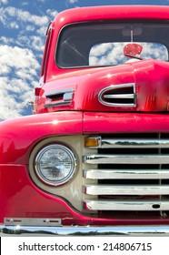 Retro roter LKW mit roten Fuzzy-Würfeln