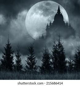 Silueta de castillo mágico sobre luna llena en la noche misteriosa. Fondo de fantasía con bosque de pinos bajo un espectacular cielo nublado