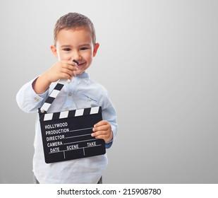 カチンコを持っている小さな男の子の肖像画