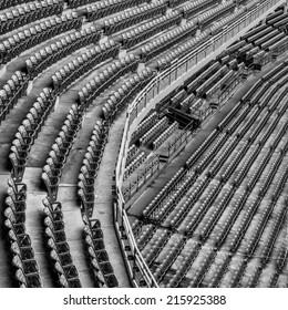Una cubierta superior e inferior vacía de un antiguo estadio en blanco y negro