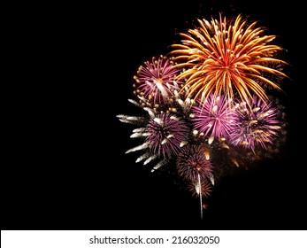 Vuurwerk verlicht de lucht met een oogverblindend schouwspel