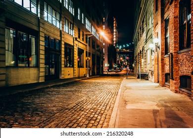 Eine Gasse in der Nacht in Brooklyn, New York.