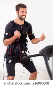 電気筋肉刺激マシンに取り組んでいる男