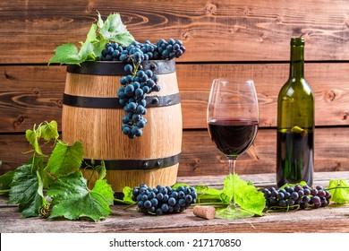 Vino tinto y uvas