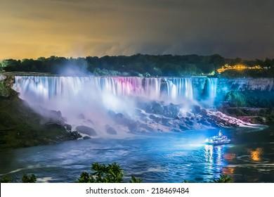 Niagara Falls Nahaufnahme Panorama bei Nacht. Ontario, Kanada.