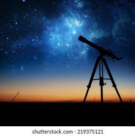 望遠鏡のシルエット。NASAから提供されたこの画像の要素。