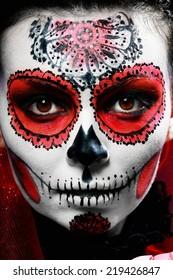 halloween maquillaje calavera de azúcar hermosa modelo con peinado perfecto. Concepto de santa muerte.