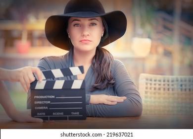 Elegante Diva bereit für ein Shooting - Junge Frau mit breitem Hut ist bereit, eine neue Szene zu drehen