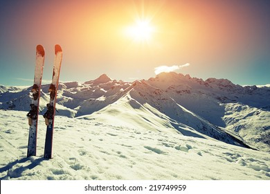 Ski im Schnee in den Bergen