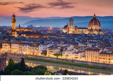 サンタマリアデルフィオーレ大聖堂(ドゥオーモ)、フィレンツェ、イタリアの美しい夕日