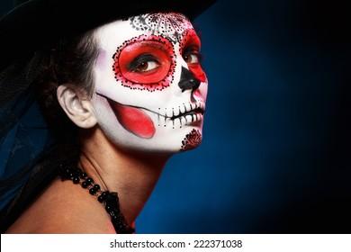 Chica calavera de azúcar en concepto de halloween sombrero