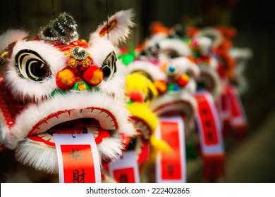 Traditionele kleurrijke chinese leeuw, Chinees papier betekent: geluk.