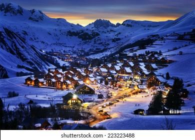 Paisaje nocturno y estación de esquí en los Alpes franceses, Saint Jean d'Arves, Francia