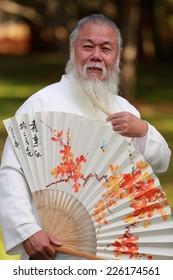 صورة بيئية لرجل كبير السن ذو لحية طويلة