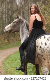 手綱なしで馬に乗って長い髪の素晴らしい女の子