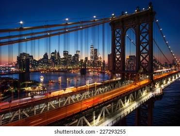 New York City - schöner Sonnenuntergang über Manhattan mit Manhattan und Brooklyn Bridge