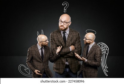 Drei identische Männer streiten sich untereinander über wichtige Themen