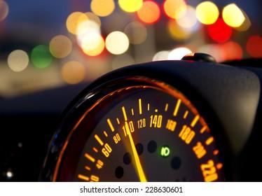 Nahaufnahme des Geschwindigkeitsmessers