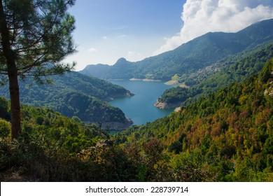 コルサ、フランスのトラ湖とプルネッリ渓谷の眺め