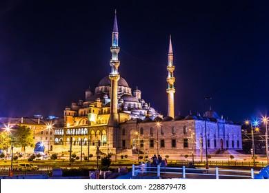 Mahya es un acuerdo de iluminación durante las noches de Ramadán para días especiales que se compone de la iluminación entre dos minaretes. Mezquita de Suleymaniye en Estambul, Turquía.