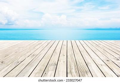 Muelle de madera con fondo azul del mar y el cielo