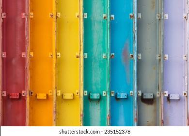虹色に塗られた7つの鋼鉄の梁。