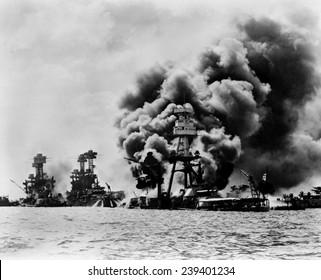 Pearl Harbor: tres acorazados estadounidenses afectados. De izquierda a derecha: USS West Virginia, severamente dañado; USS Tennessee, dañado; y USS Arizona, hundido el 7 de diciembre de 1941