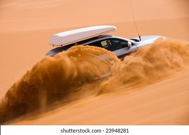 Geländewagen fährt die Sanddüne hinauf
